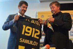 Георги Самуилов (вляво) прие тениската на Ботев.